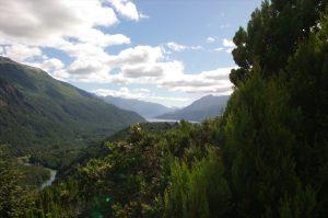 Flusslauf mit Bergen im Hintergrund – Südargentinienreise