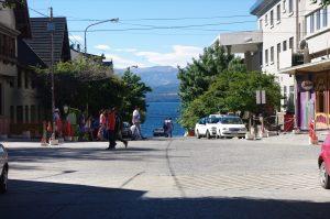 Bariloche – steile Straße, Blick auf den See